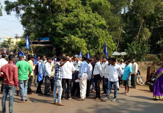 In the Ratnagiri district, the inked response, two cars in Chiplun, a shop broke up | रत्नागिरी जिल्ह्यात बंदला उत्स्फूर्त प्रतिसाद, चिपळुणात दोन गाड्या, एक दुकान फोडले