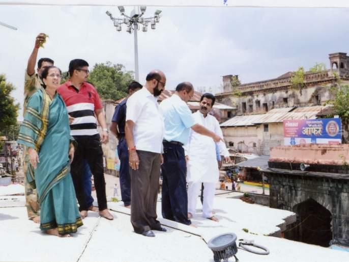 Kolhapur: Inspection of leakage in the Ambabai temple, inspection of repair and repair | कोल्हापूर : अंबाबाई मंदिरातील गळतीची पाहणी, डागडुजीच्या सूचना