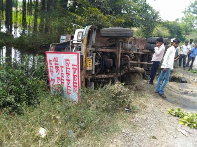 Dhamper floods, Waduz-Katarkhatav road: demand of villagers for new bridge | खड्डे मुजविण्याचे काम सुरू असतानाच डंपर ओढ्यात, वडूज-कातरखटाव रस्ता : नवीन पुलाची ग्रामस्थांची मागणी