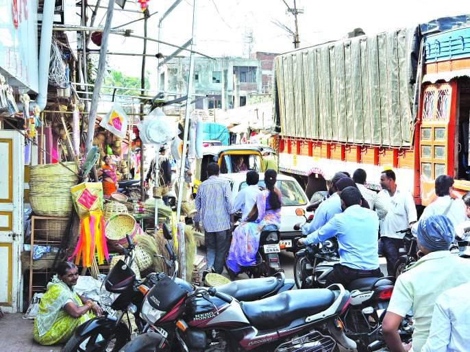 Satarkar citizen, in the role of police, driver suffering, maltrok ... speed break for vehicles | सातारकर नागरिकच पोलिसांच्या भूमिकेत, वाहनचालक त्रस्त, मालट्रक... वाहनांसाठी गतिरोधक