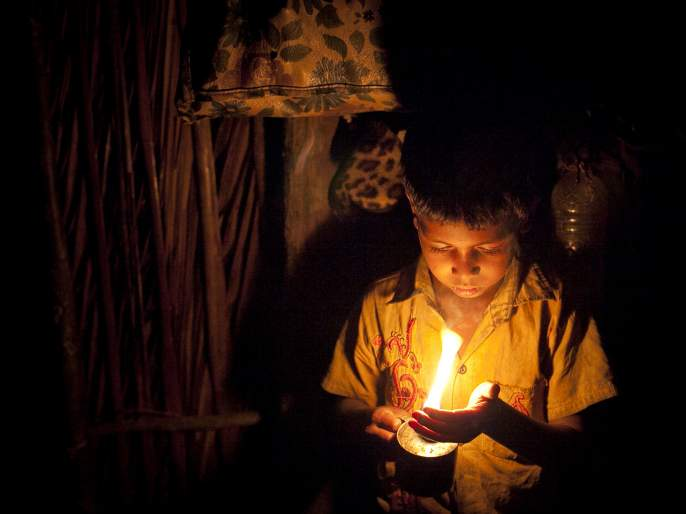Three hundred families in Gondia district of Amgaon taluka are in dark | गोंदिया जिल्ह्यातल्या आमगाव तालुक्यातील तीनशे कुटुंबे अंधारात