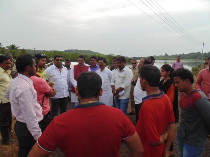 Inspector Deepak Kesarkar inspected the Atra, Jamdul flood affected area of Sindhudurg district | दीपक केसरकर यांच्याकडून सिंधुदुर्ग जिल्ह्यातील आचरा, जामडूल पूरग्रस्त भागाची पाहणी