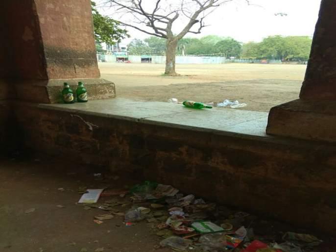 in Jalgaon madypi school | जळगावात विद्येच्या मंदिरात मद्यपींची भरतेय शाळा