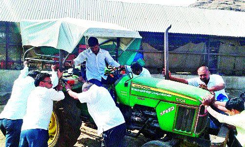 District back-recovery campaign seized by 50 tractors for Kalavan: Recovery of arrears of Rs 65 lakh | कळवणला ५० ट्रॅक्टर जप्त जिल्हा बॅक वसुली मोहीम : ६५ लाखांची थकबाकीही वसूल