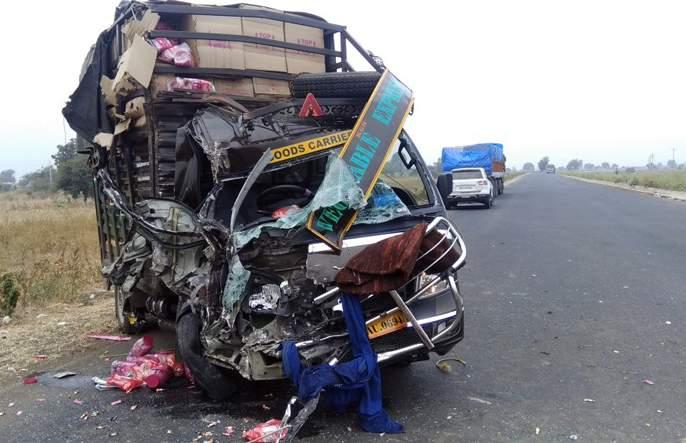 Two seriously injured in a truck-tempo accident in Jalna | जालन्यात ट्रक-टेम्पो अपघातात दोन गंभीर
