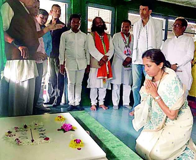Ra.co. The leader came down and bowed down to the master | रा.काँ. नेते झाले महात्म्यापुढे नतमस्तक