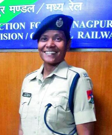 Nagpur's dashing lady brings shame to the smugglers   नागपूरच्या डॅशिंग लेडी उषाने आणले तस्करांच्या नाकीनऊ
