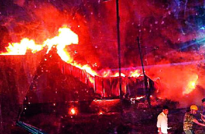 Plastic flax deformity fire | प्लास्टिक भंगाराच्या गोदामाला आग