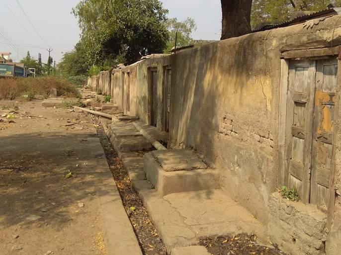 Police quarters in poor condition | परतुरात पोलिसांची खिळखिळी घरे