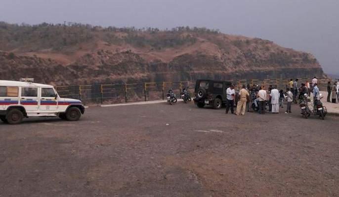 The death of youth in Chikhaldara due to selfy   सेल्फीच्या नादात चिखलदऱ्याच्या भीमकुंडात कोसळून युवकाचा मृत्यू