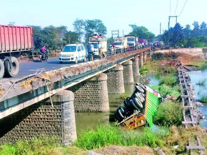 Truck collapses in river; Events in Nagpur district | दुचाकीला धडक देऊन नदीत ट्रक कोसळला; नागपूर जिल्ह्यातील घटना