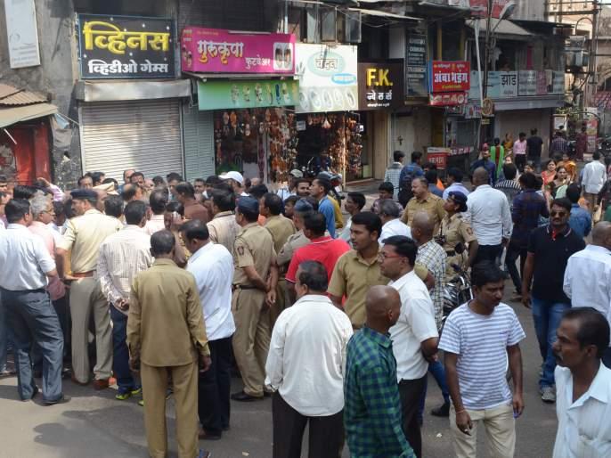 Kolhapur: Stop the road near Karveer Nagar Reading Temple, assurances of no-pierced zones in 15 days | कोल्हापूर : करवीर नगर वाचन मंदिरजवळ रस्ता रोको,१५ दिवसात नो फेरिवाला झोन करण्याचे आश्वासन