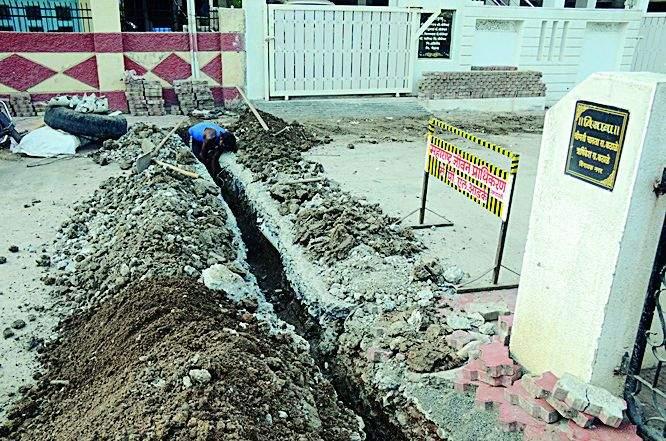 Concretized roads without permission | परवानगीविनाच फोडले काँक्रीट रस्ते