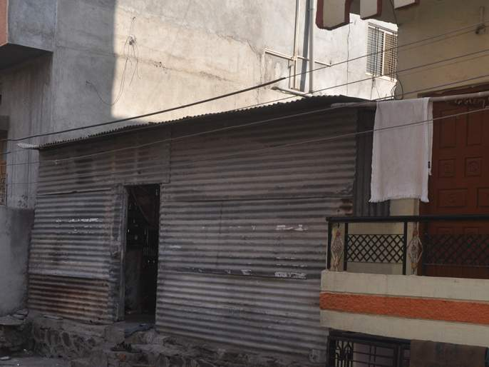 MahaVitaran tills in Beed alive! | बीडमध्ये महावितरण टपलयं जिवावर!