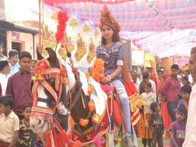 Since the bride is not a brother, the sister sitting on a horse-to procession | वधूस भाऊ नसल्याने शेवंतीच्या मिरवणुकीत घोड्यावर बसली बहीण
