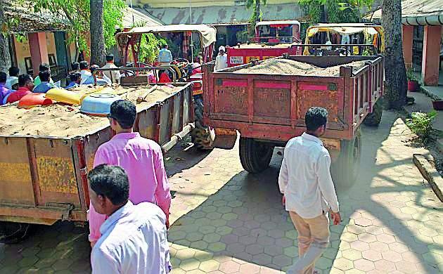 Three tractors carrying sand were seized | रेती नेणारे तीन ट्रॅक्टर जप्त