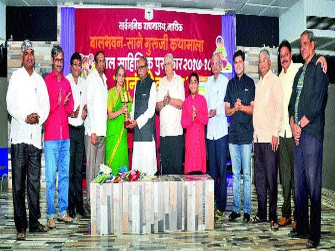 Honor of Purandare's Child Literature Award: Dialogue with students led by Divesh Medgee | पुरंदरे यांचा बालसाहित्यिक पुरस्काराने सन्मान सावाना : दिवेश मेदगेने साधला विद्यार्थ्यांशी संवाद
