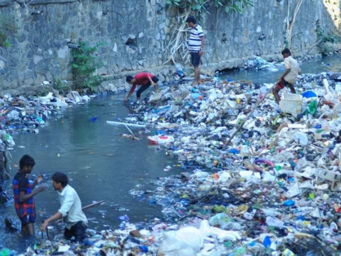 A unique movement made by the youths of Phule Nagar by cleaning up the drain in the Thane | ठाण्यात नाल्यातील सफाई करुन फुलेनगरच्या तरुणांनी केले अनोखे आंदोलन