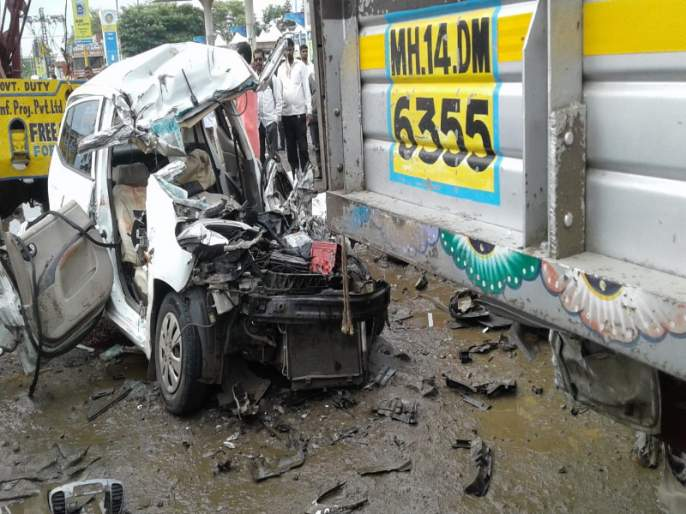Four people died in a horrific accident near Khed-Shivapur Toll plaza | खेड-शिवापूर टोलनाक्याजवळच्या भीषण अपघातात चार जण ठार