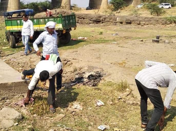 Cleanliness by the youth of the light smashaghat area | प्रकाशा स्मशानघाट परिसराची तरुणांकडून साफसफाई