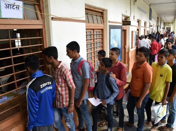 Kolhapur: Eleventh admission process; Delivery of 1604 applications the next day   कोल्हापूर : अकरावी प्रवेश प्रक्रिया; दुसऱ्या दिवशी १६०४ अर्जांचे वितरण