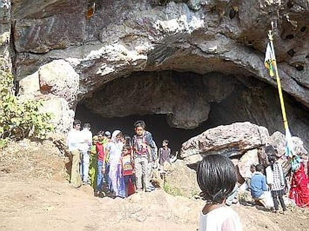 Start of Kakadagad yatra in Gondia district | जयसेवाच्या गजरात गोंदिया जिल्ह्यात कचारगड यात्रा प्रारंभ