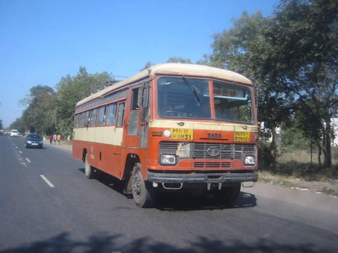 65 losses on the bus, ST-PMP loss of 15 lakh rupees | ६५ बसवर दगडफेक, एसटी-पीएमपीचे १५ लाख रुपयांचे नुकसान