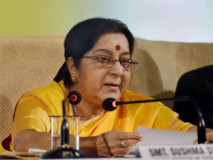 Kulbhushan Jadhav's mother did not let Pakistan speak in Marathi, closed the intercom - Sushma Swaraj | कुलभूषण जाधव यांच्या पत्नीच्या बुटात चीप होती, मग पाकिस्तानी विमानतळावर का सापडली नाही ? - सुषमा स्वराज
