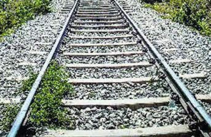 a farmer Suicides jumping under the train | शेतकऱ्याची रेल्वे खाली उडी घेउन आत्महत्या