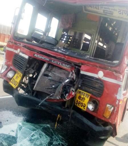 On the Solapur-Pune highway, there was an accident in ST, accident of 25 passengers, saving traffic police! | सोलापूर-पुणे महामार्गावरील वरवडे टोलनाक्याजवळ एसटीचा अपघात, २५ प्रवासी जखमी, वाहतुक पोलीसाला वाचविताना झाला अपघात !