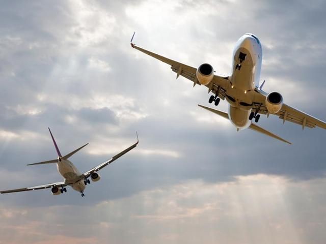 Two aircraft collided, 330 passengers were safe | दोन विमानांची टक्कर टळली, 330 प्रवासी सुखरुप
