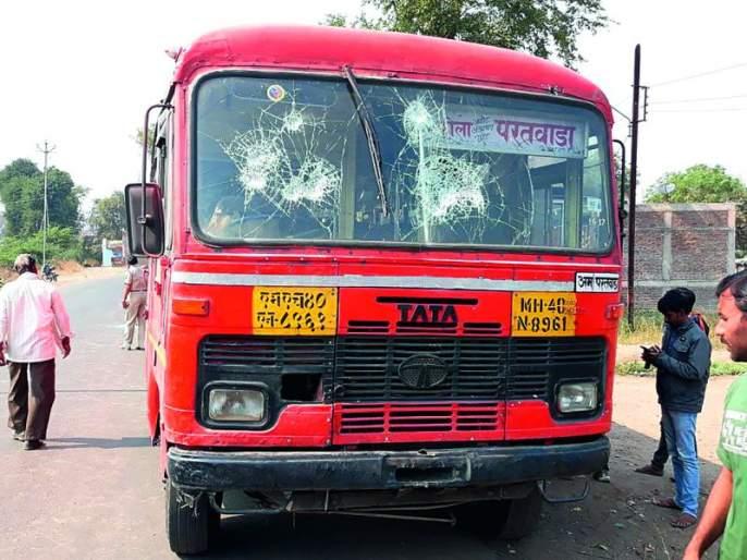 Collection of incidents in Bhima Koregaon: Three ST buses have been stolen | भीमा कोरेगाव येथील घटनेचे लोण : अकोटात तीन एसटी बसेसवर दगडफेक
