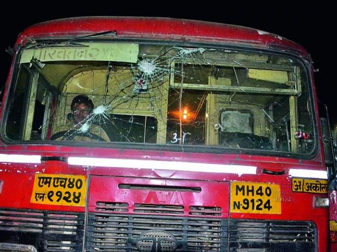 Worried over the delay of Karegaon-Bhima incident, buses collapsed in Akola, Buldhana and Khamgaon | कोरेगाव-भीमा घटनेचे पश्चिम वर्हाडात पडसाद :अकोला, बुलडाणा, खामगावात बसेसची तोडफोड