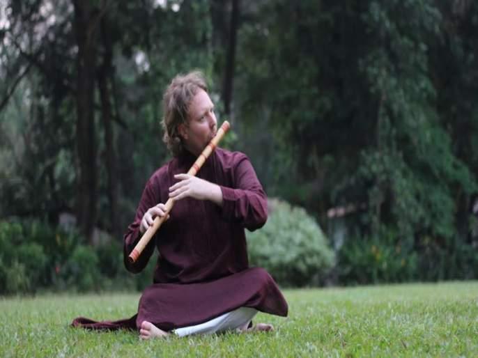 An American-born musician Nash Naubert,the student of maestro pandit Hariprasad Chaurasia   भारतीय मातीत स्थिरावलेला अमेरिकी पावा!