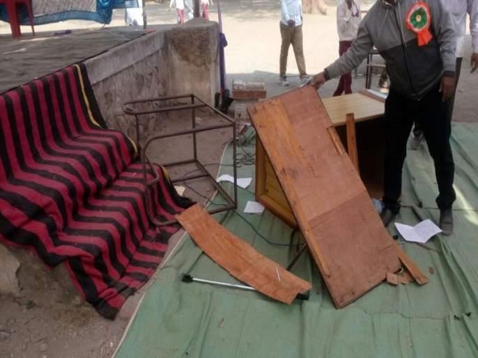 At Yaval, agitators stopped gathering | यावल येथे आंदोलकांनी स्नेहसंमेलन बंद पाडले, खुर्च्यांची फेकाफेक, एक विद्यार्थी जखमी