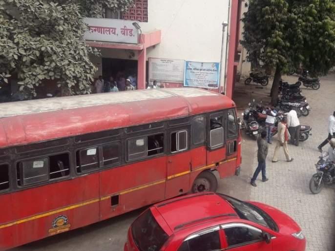 passenger dead due to heart attack in moving bus at beed | बीड येथे चालत्या बसमध्ये प्रवाशाचा हृदयविकाराच्या झटक्याने मृत्यू
