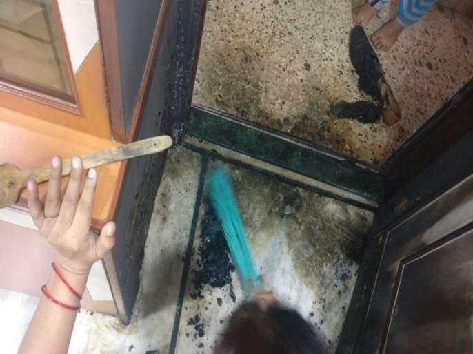 Congress corporator's house burned by unknown person | काँग्रेस नगरसेवकाच्या घराच्या दरवाज्यावर अज्ञाताने पेट्रोल ओतून लावली आग, घटना सीसीटीव्हीत कैद