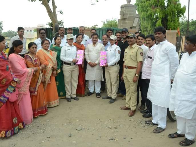 Women's Day: BJP honors women employees in traffic control branch | महिला दिवस : भाजपा तर्फे वाहतूक नियंत्रणशाखेतीलमहिला कर्मचाऱ्यांचा सत्कार