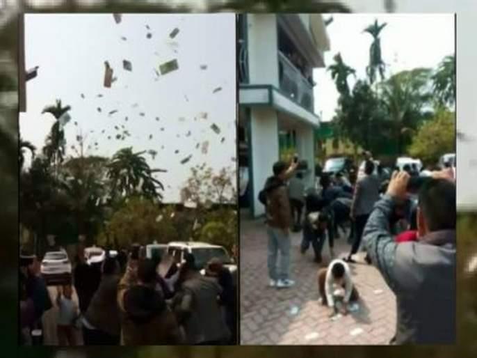 BJP leader throwing money from the balcony in Vijaya Manadata | विजयाच्या उन्मादात भाजपाच्या नवनिर्वाचित आमदारानं बाल्कनीतून उडवले पैसे