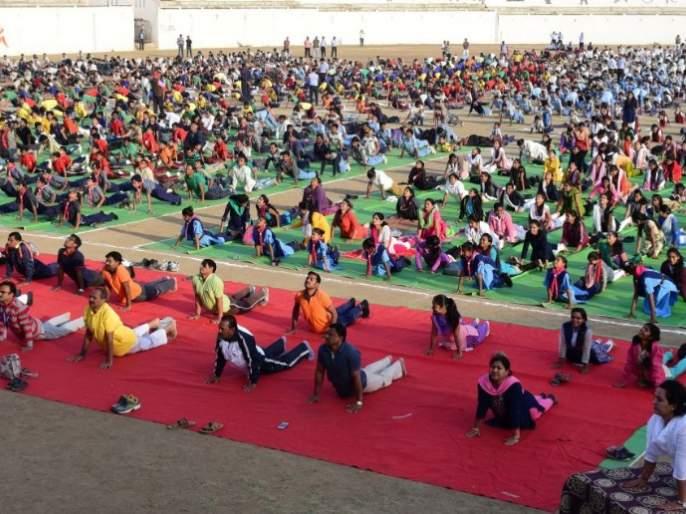 Group Surya Namaskar in Buldana: 3 thousand 700 students participated | बुलडाणा येथेसामूहिक सूर्यनमस्कार : ३ हजार ७०० विद्यार्थ्यांचा सहभाग