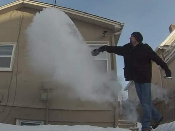 In Canada, temperatures -40 degrees, boiling water accumulate in ice | कॅनडात तापमान -४० अंश, उकळत्या पाण्याचं झालं बर्फात रुपांतर