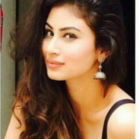 Bollywood actress, who made her debut with 'Munni Roy'   गोल्ड चित्रपटातून मौनी रॉयशिवाय 'ही' टीव्ही अभिनेत्री करतेय बॉलिवूडमध्ये पदार्पण