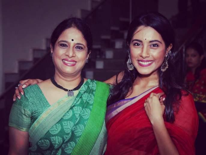 Sakhi Gokhale told Natya Rasika for this reason, know her mother's name, what happened on Twitter | सखी गोखलेने या कारणामुळे नाट्यरसिकाला सांगितले आपल्या आईचे नाव,काय झालं ट्विटरवर जाणून घ्या