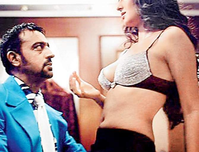 Amitabh Bachchan came to the room while Gulshan Grover and Katrina Kaif were romancing! | गुलशन ग्रोवर अन् कॅटरिना कैफचा रोमान्स सुरू असतानाच रूममध्ये आले होते अमिताभ बच्चन!
