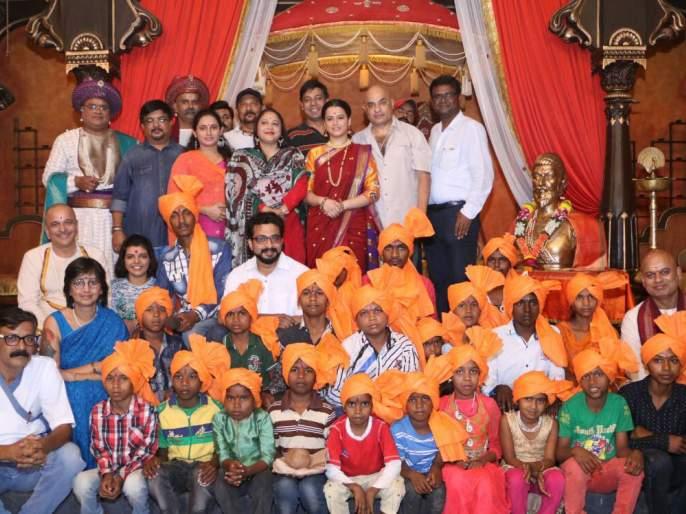 Celebration of 'Sambhaji' series with the justification of Shiv Jayanti celebrates the celebration ceremony   शिवजयंतीचे औचित्य साधत 'संभाजी' मालिकेच्या सेटवर रंगला कौतुक सोहळा