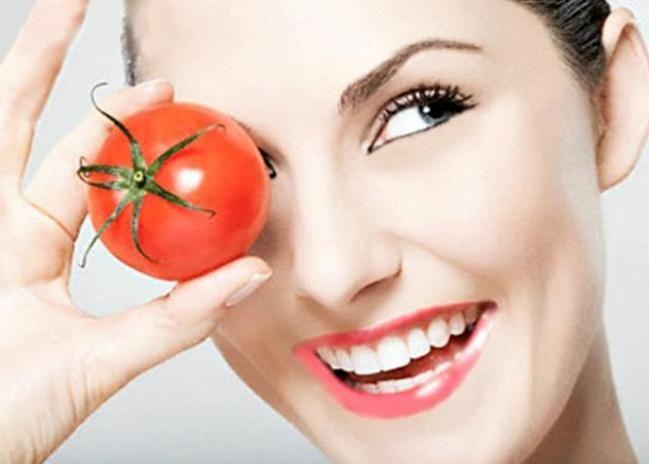 BEAUTY TIPS: Drying tomatoes on the face, beauty opens! | BEAUTY TIPS : चेहऱ्यावर टोमॅटो घासल्याने खुलते सौंदर्य !