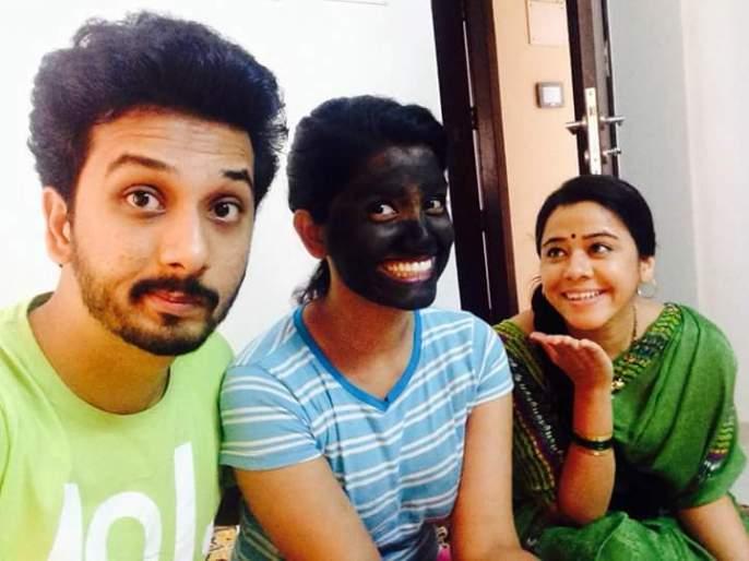 What is the secret of the black color hanging on the face of Shaniya? | शनायाच्या चेह-यावर फासलेल्या काळ्या रंगाचं गुपित काय?