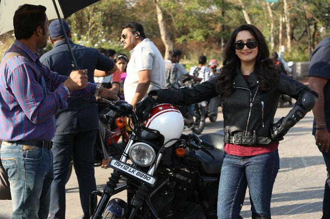 Madurai's bike ride during the bucket list shoots   बकेट लिस्टच्या शूटदरम्यान माधूरीची बाईक रायडिंग