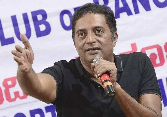 When the BJP government in Karnataka, Prakash's | कर्नाटकात भाजपा सरकार पडताच प्रकाश राजने मोदींवर साधला निशाणा!