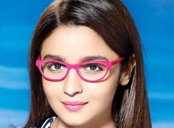 Want pink celebrity like celebrity? Take care to be cool! | सेलिब्रिटींसारखे गुलाबी ओठ हवे आहेत? थंडीत अशी घ्या काळजी !